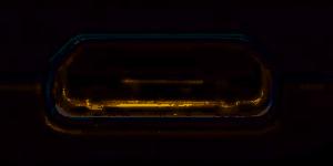 Älypuhelimen micro-USB-liitin